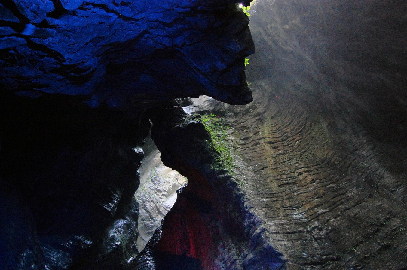 Obr. 7-2 jeskyně s vodopádem ve Varone