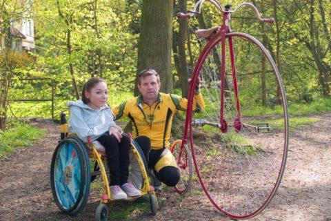 Pokus o rekord vjízdě na vysokém kole pomůže handicapované dívce podívat se k vysněnému moři