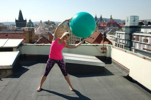 sportovní instruktorka Věra Beroušková na střeše Paláce YMCA. Foto Palác YMCA