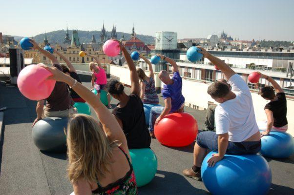 Cvičení proti bolestem zad s výhledem na Prahu. Foto Palac YMCA