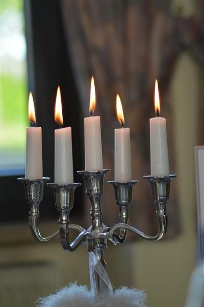 Svícen se svíčkami