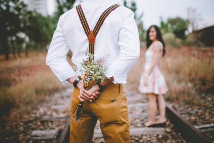 muž má z lásky pro ženu kytici