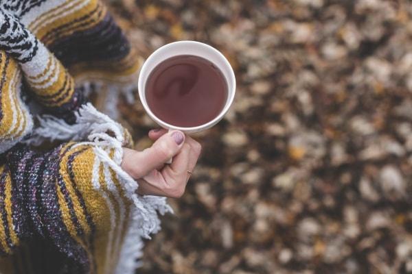 ruka s hrnkem čaje