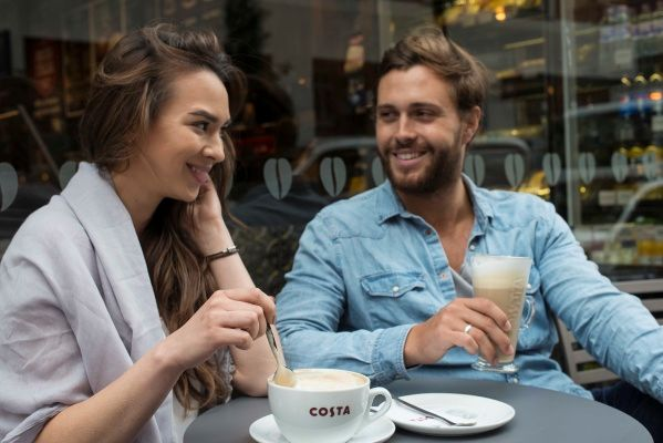 žena a muž si vychutnávají kávu