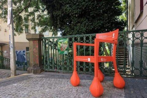 Nuselské schody - oranžová židle vzdělává