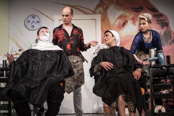 členové souboru divadla v Příbrami v představení Splašené nůžky