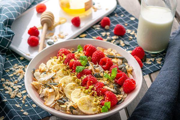 Tip na snídani: Lahodné ovesné vločky s banánem a strouhaným kokosem
