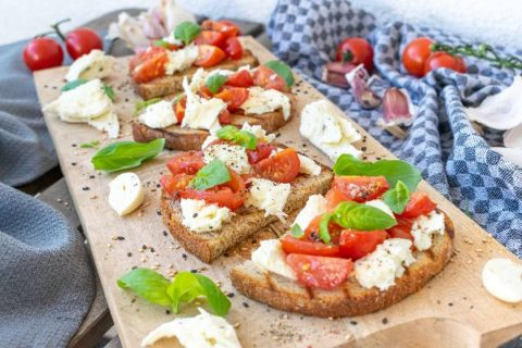 S vůní Itálie – chléb s rajčaty, bazalkou a mozzarellou