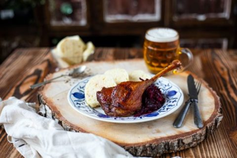 Podzimní menu: kachní polévka, husa a čokoládový dezert s malinami