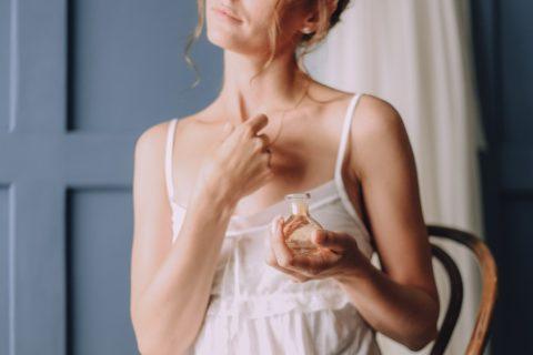 Jak dosáhnout toho, aby váš parfém vydržel v horkém počasí? Co radí odborníci?