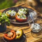 Grilovaná chuťovka: Grilované papriky plněné balkánským sýrem. Tipy na grilování zeleniny
