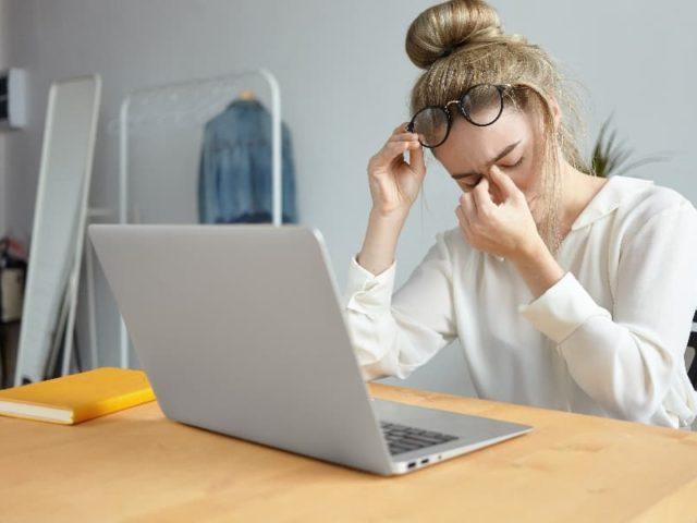 Tipy pro lepší spánek, když musíte koukat do monitoru v práci